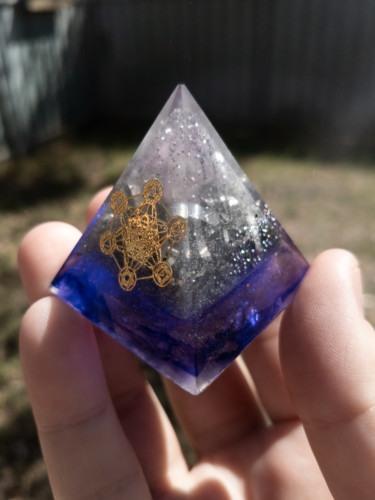 Violet Lightning Quartz Aluminum OrgoneIt Orgonite Pyramid 4cm