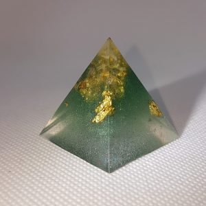 Crystal Gazing II Orgoneit Orgonite Pyramid 3cm