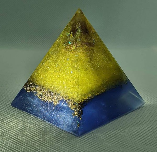 Twinkle in your Eye Orgone Orgonite Pyramid 6cm - Amazing Quartz Point wrapped in copper, herkimer diamond and reflections, on top of gorgeous brass and love!